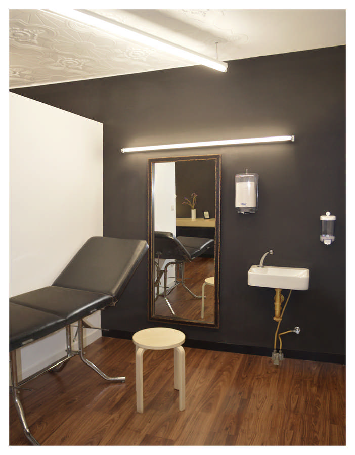 Mandragora tattoo studio bilbao building e architect for Piercing salon