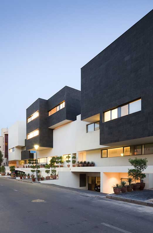 Black white houses kuwait yarmouk residence e architect for Black and white houses
