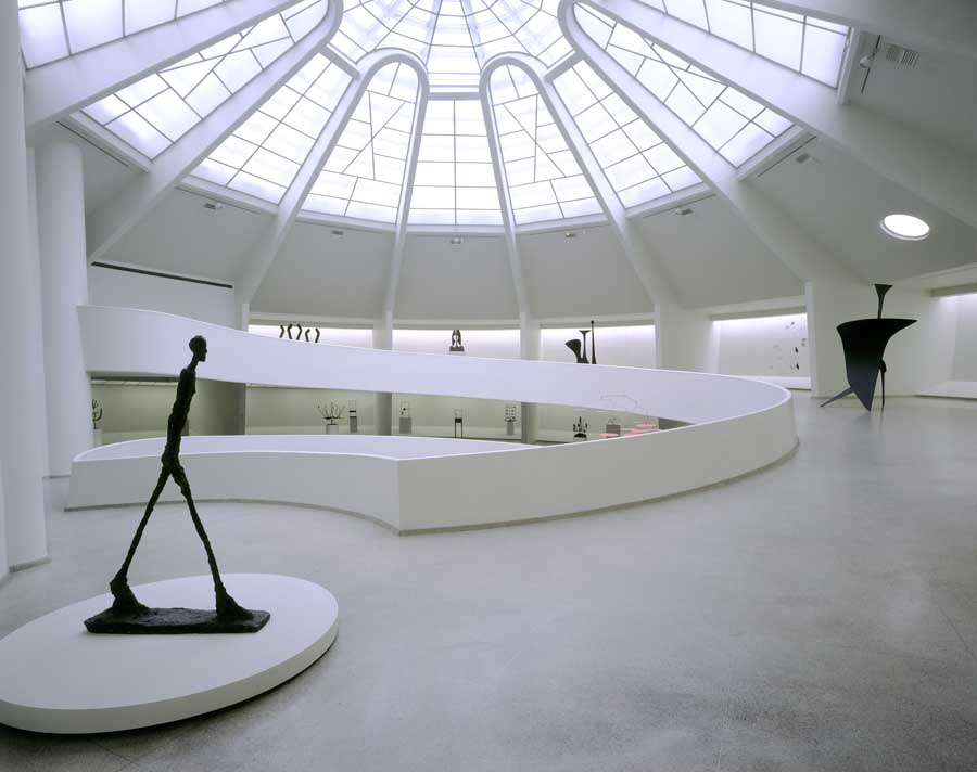 Guggenheim new york museum by frank lloyd wright e architect for The interior ny