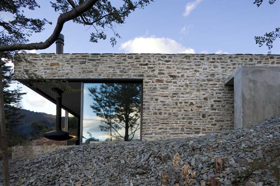 Mountain retreat new zealand southern lakes house e for Modern stone houses architecture