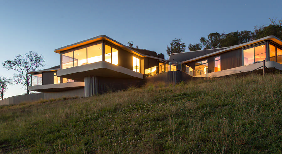 Hill top house armidale nsw home e architect for Modern hill house designs