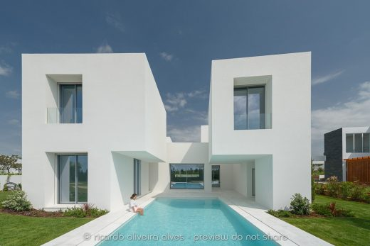 Between Two White Walls by Corpo Atelier
